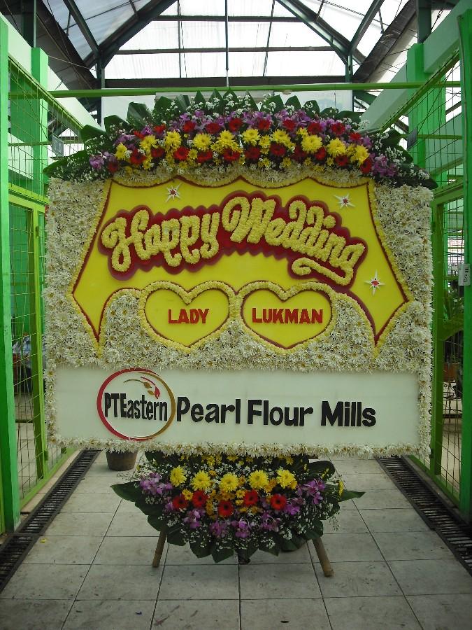 bunga papan happy wedding penuh bunga