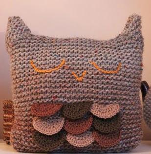 http://translate.googleusercontent.com/translate_c?depth=1&hl=es&rurl=translate.google.es&sl=en&tl=es&u=http://knittingpony.blogspot.com.es/2011/08/sleepy-owl-cushion-free-knitting.html&usg=ALkJrhgSKUU_uVV0Sgfz7G1Y5iK6kwUhSQ