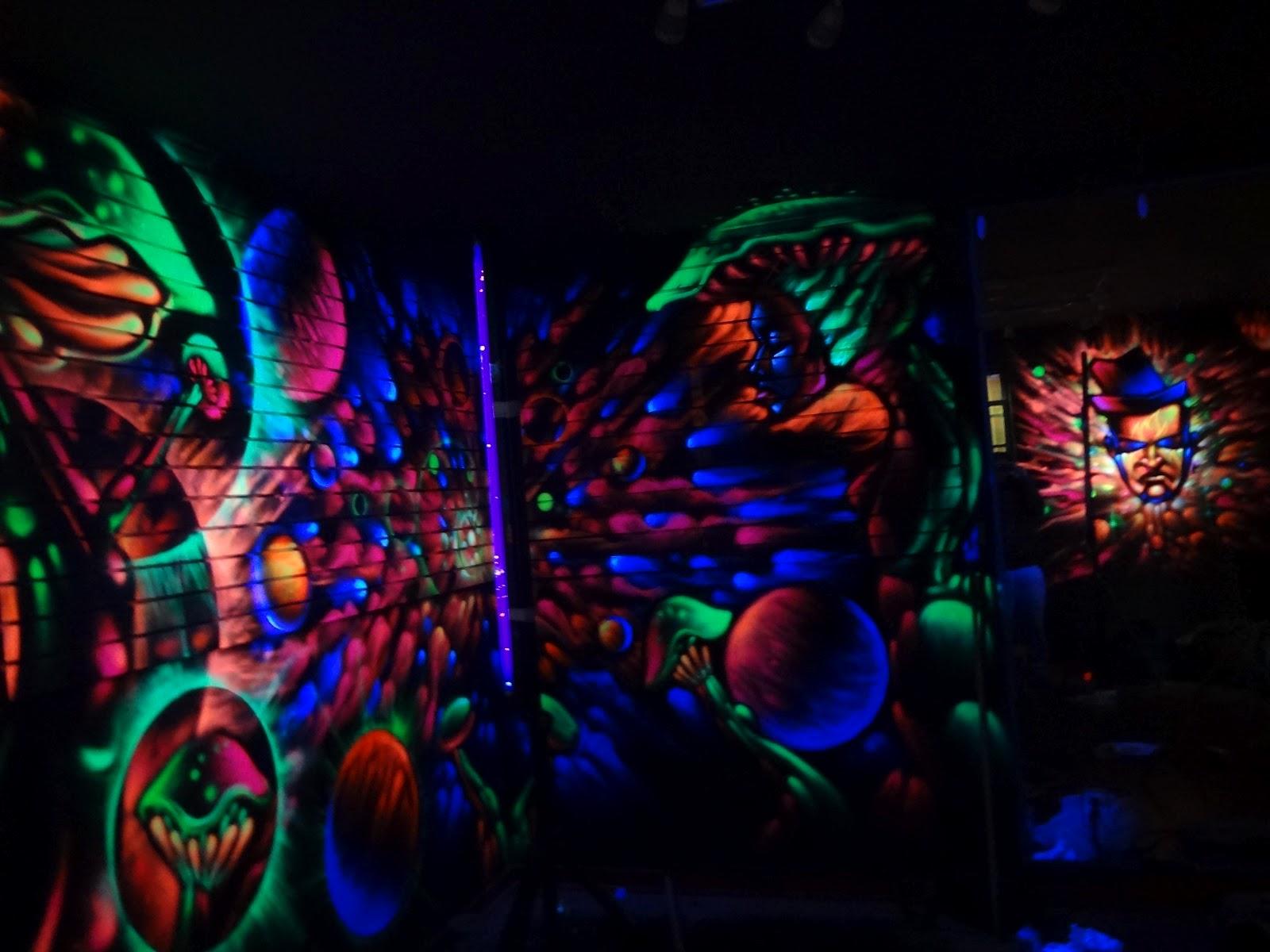 The black light king flamez smoke shop mural in west la for Black light mural