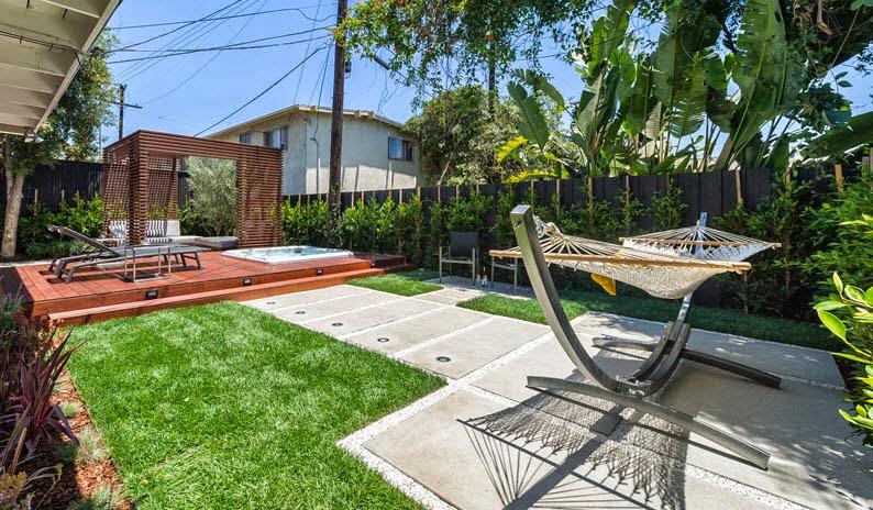 Dise o de una moderna terraza de madera de una casa en la - Diseno terrazas exteriores viviendas ...