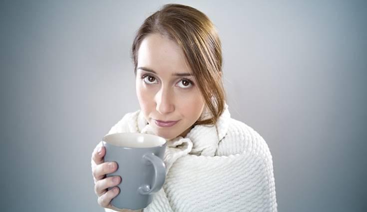 wanita minum kopi