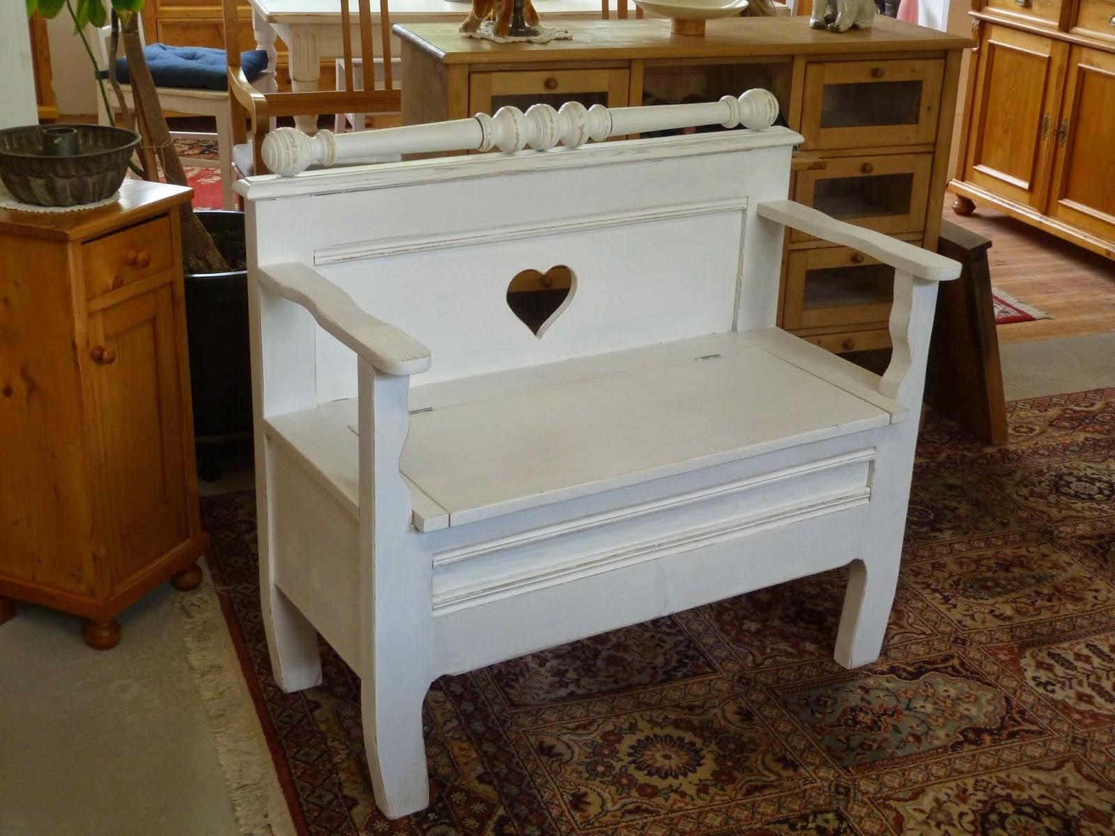 Antike Möbel: Kleine Truhenbank