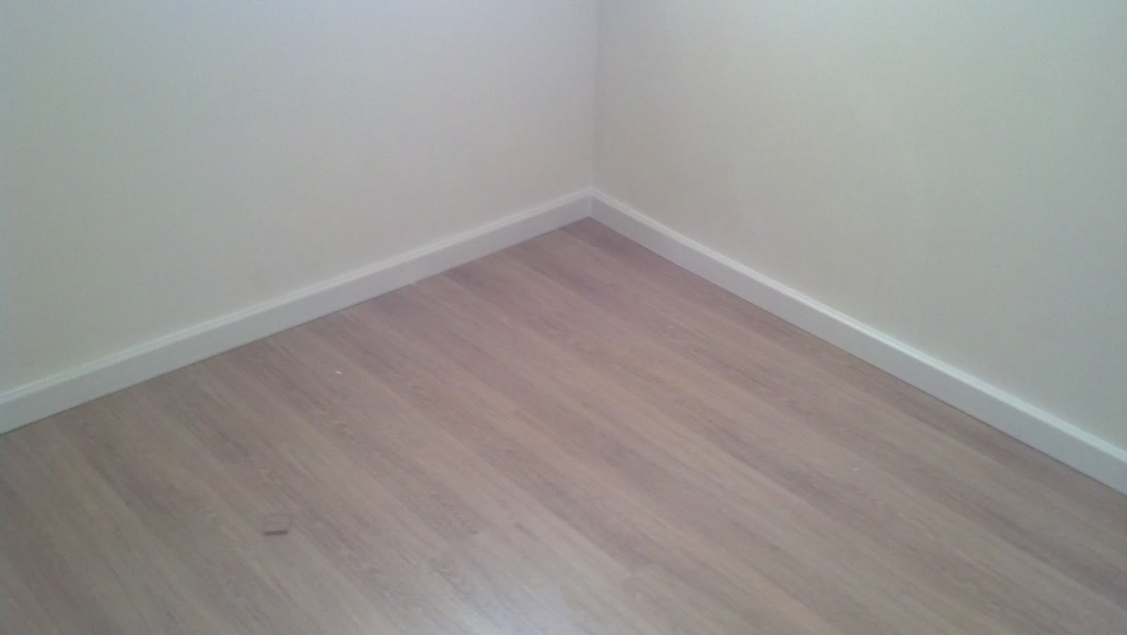 Nosso Primeiro Apartamento: Piso Laminado e Gesso #5F6C6C 1600 902
