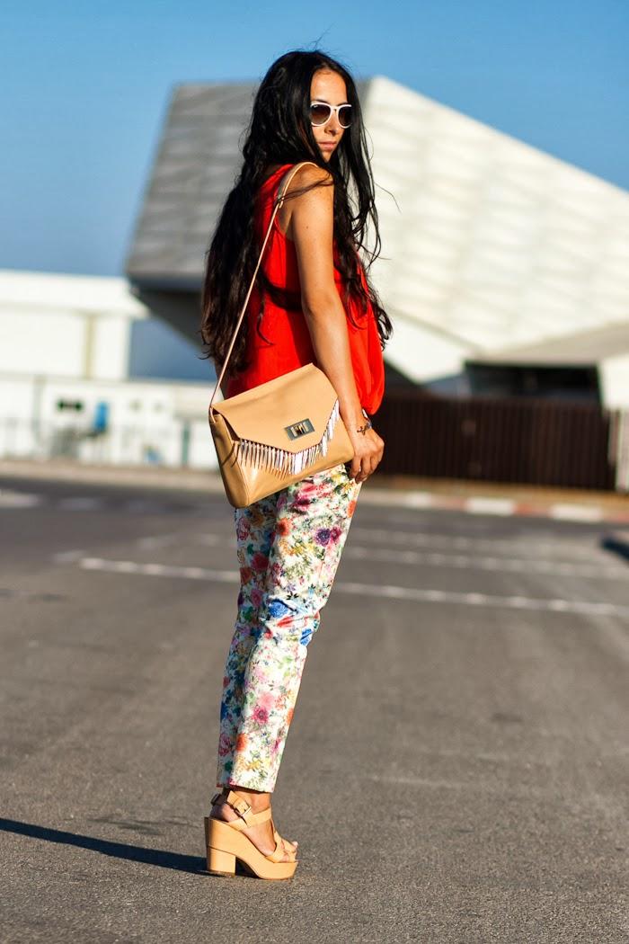 Streetstyle con pantalones de flores y top naranja