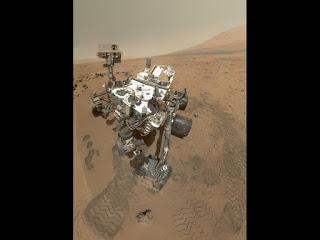 Марсоход Curiosity на месте отбора проб в кратере Гейла