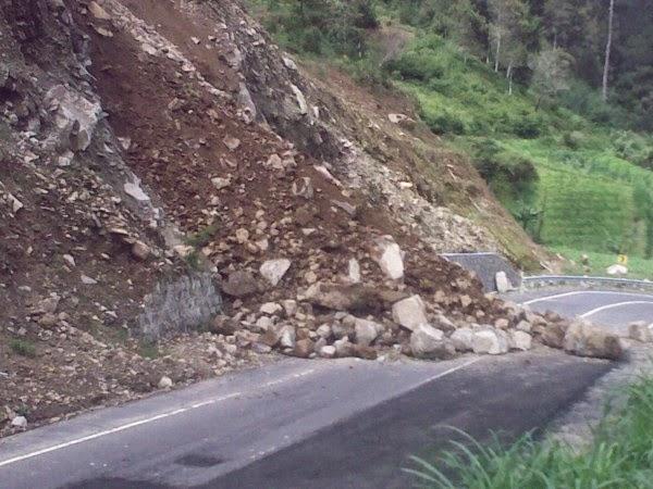 longsoran tebing di jalan tembus jateng jatim di selatan gondosuli