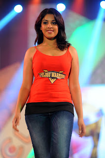 Richa Gangopadhyay walks the Ramp promoting CCL in tight T Shirt Spicy Richa