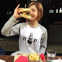 Foto Model Makan Burger
