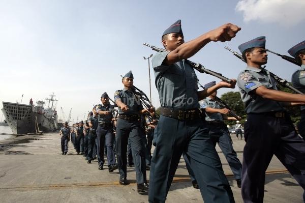 Pasukan Gugus Tempur Laut Armada RI berbaris dengan latar belakang kapal perang milik Komando Armada Barat.