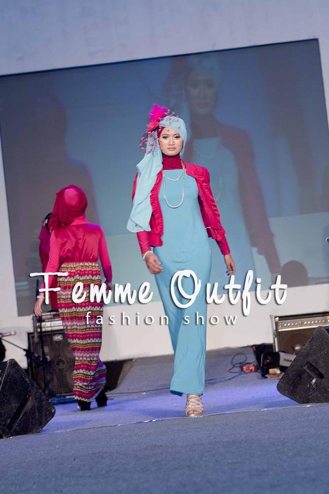 Fashion show muslimah dress purple