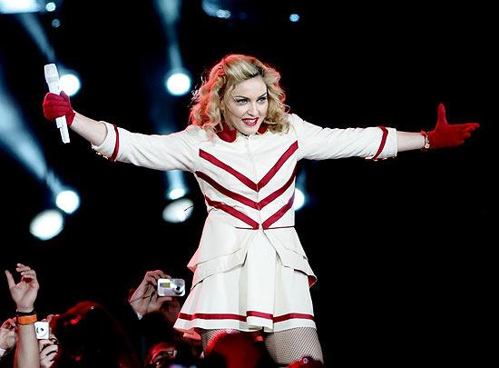 """Madonna atrasa 3 horas, escuta vaias, Lady Gaga e coro de 43 mil pessoas em 'Like a Prayer"""""""