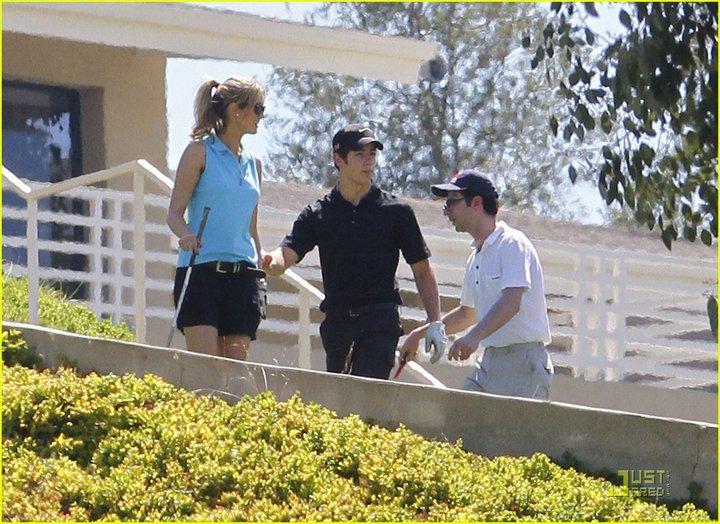 Nick y Delta juegan golf el fin de semana 282398_230728046965600_117643018274104_623296_2380983_n