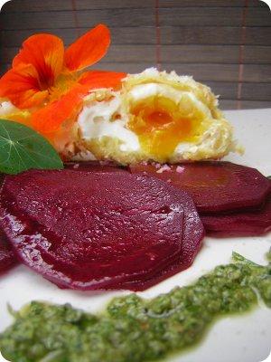 Frittierte pochierte Eier mit Roter Bete