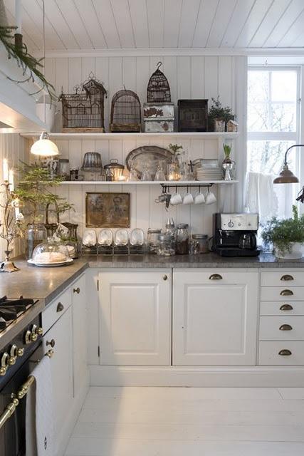 Cocina con paredes de madera blanca