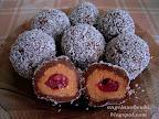 Gesztenyés kekszgolyó, sütés nélküli, karácsonyi sütemény, kakaós és gesztenyés masszával, meggyel töltve és kókuszreszelékben megforgatva.