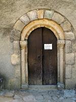La portalada amb arquivolta llisa de l'església de Sant Martí de Riells