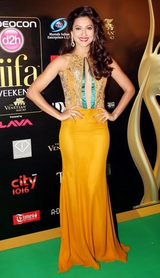 Gauhar Khan at awards sexy skirt photos