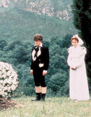 Hugh Grant en Remando al viento, de Gonzalo Suarez, 1988.