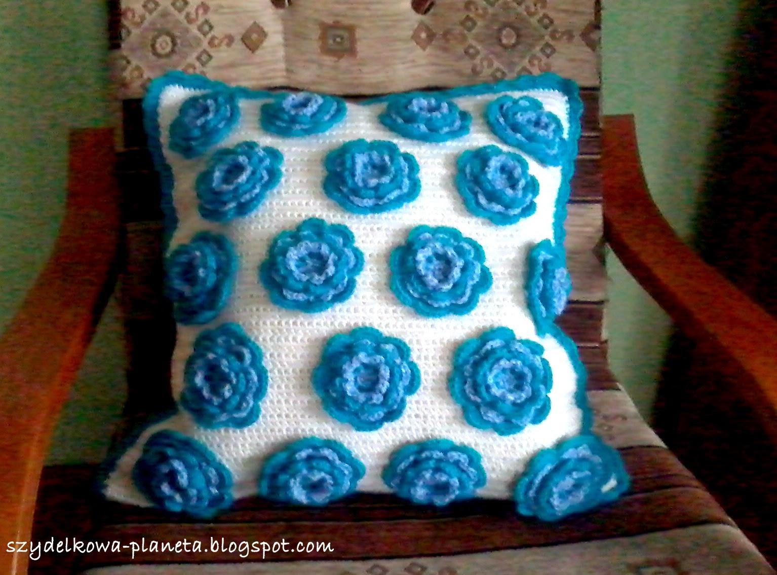 poduszka w kwiatki na szydełku