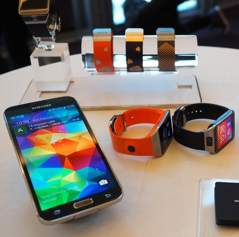 Samsung Galaxy S5 Smartphone and Gear 2 Neo Smartwatch