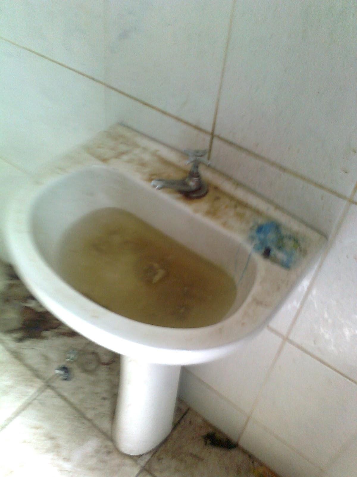 do lavatório com aguá parada do banheiro do prédio do centro #5D492A 1200 1600