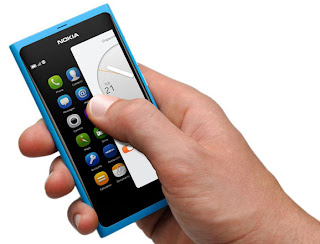 Nokia N9 kädessä