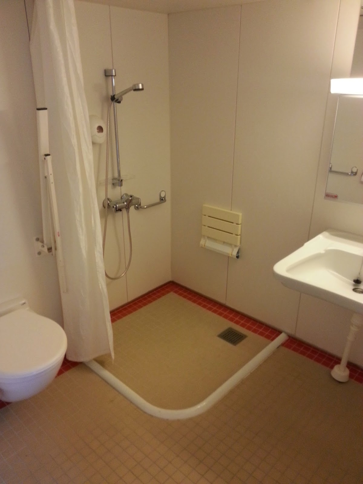 Hurtigruten MS Nordlys - Wheelchair Accessible Cabin Bathroom