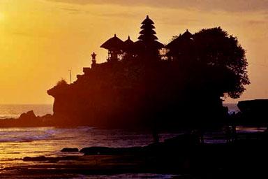 http://2.bp.blogspot.com/-JIp4hIvxrxY/TkYhMmc7PlI/AAAAAAAAAKM/tY80K-XtUww/s1600/pura-tanah-lot-temple.jpg