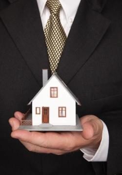 main qui tient une maquette de maison