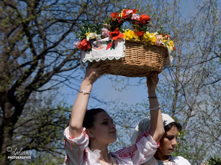 http://2.bp.blogspot.com/-JJPwhQrydAM/T4FmYV7dIhI/AAAAAAAAJFY/qXBxwErqp2o/s1600/floriile-in-muzeul-satului-pastele-obiceiuri-la-romani-flowers-day-in-village-museum-bucharest_11.jpg