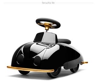 pequeño auto de juguete