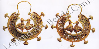 The Garden of Eden continues to play an important role in Islamic jewelry, with birds being a central theme. Here we see two delicate pairs of birds, touching at their beaks and chests as they stand on their tiny feet in the middle of the crescents.