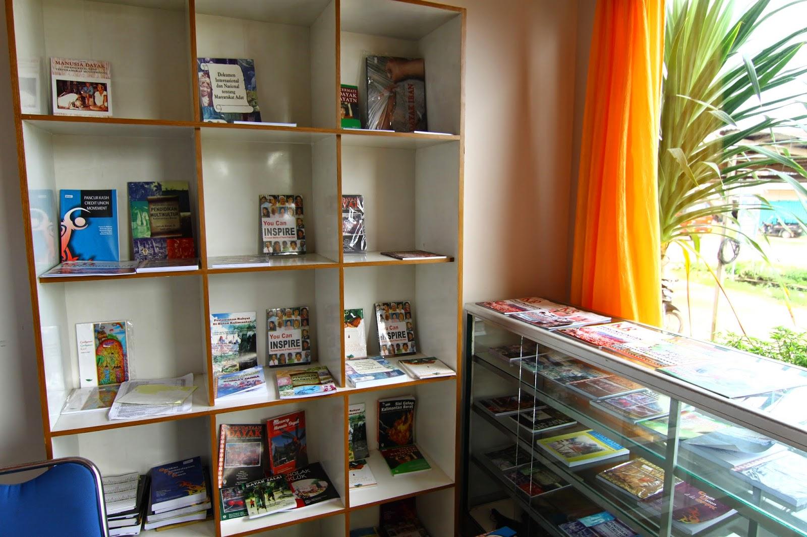 Ruang pameran buku penerbitan Institut Dayakologi