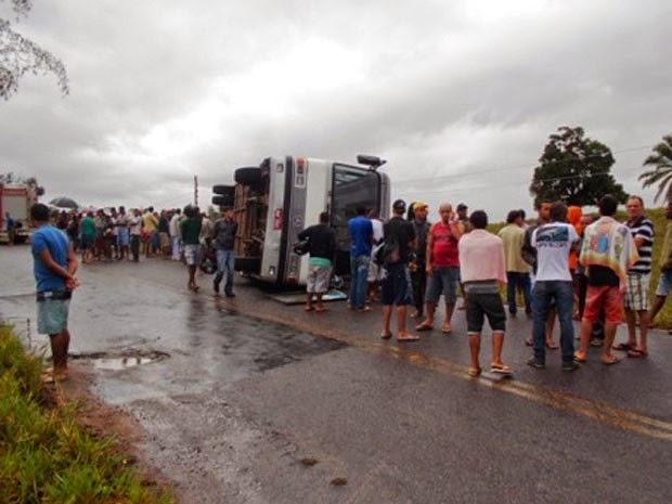 Ônibus tomba em estrada da Bahia (Foto: Carlos Quintino/Criativa On Line)