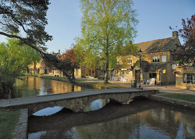 Also known as 'Little Venice,' Bourton on the Water beckons to artists and tourists alike. Photo: WikiMedia.org.