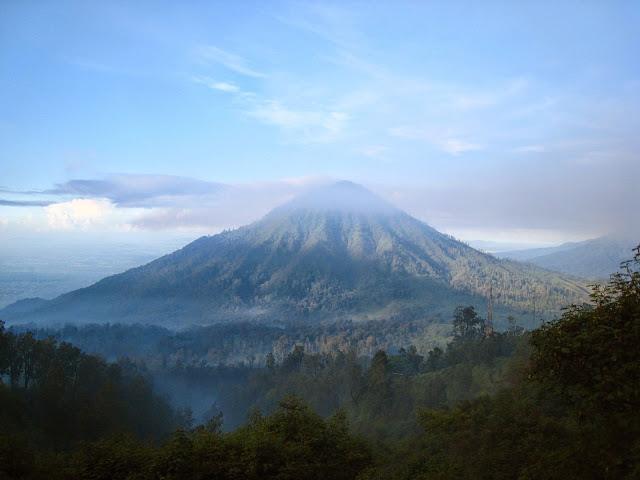 http://gallery-wisata.blogspot.com/2015/05/tempat-wisata-di-banyuwangi-adalah-kawah-gunung-ijen.html