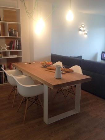 Ilia estudio interiorismo mesa de madera maciza con patas for Mesa blanca y madera