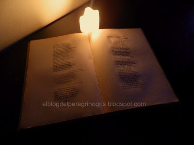 libro-antiguo-luz-vela