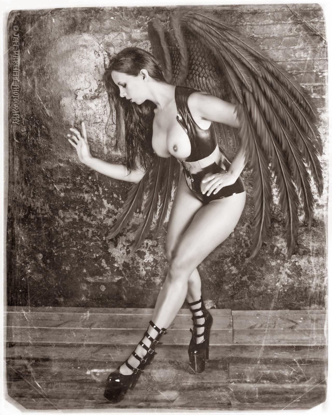photo de cosplay féminin sexy d'un ange noir seins nus avec des ailes noires et en talons