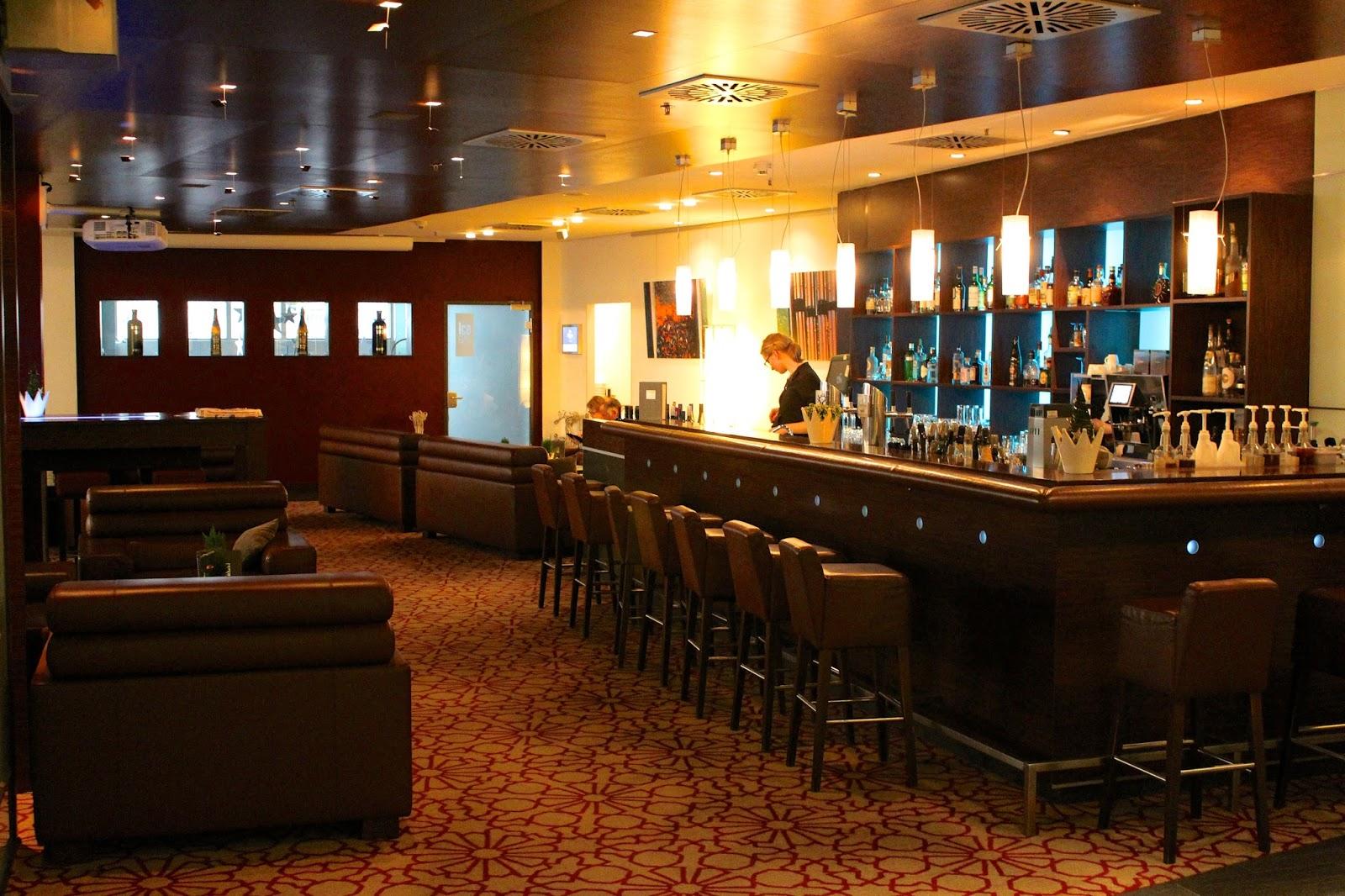 hilton hotel cologne bar area