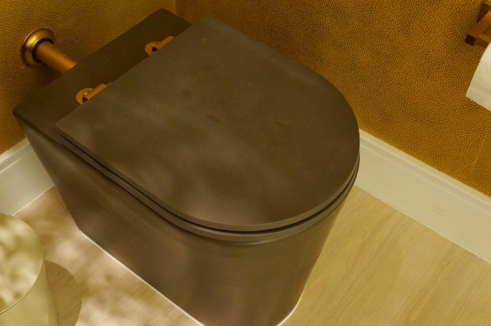 Ambiente Lavabo do Morador e Hall Íntimo projeto Marcia Debski  #B79414 1600x1062 Acessorios Banheiro Dourado