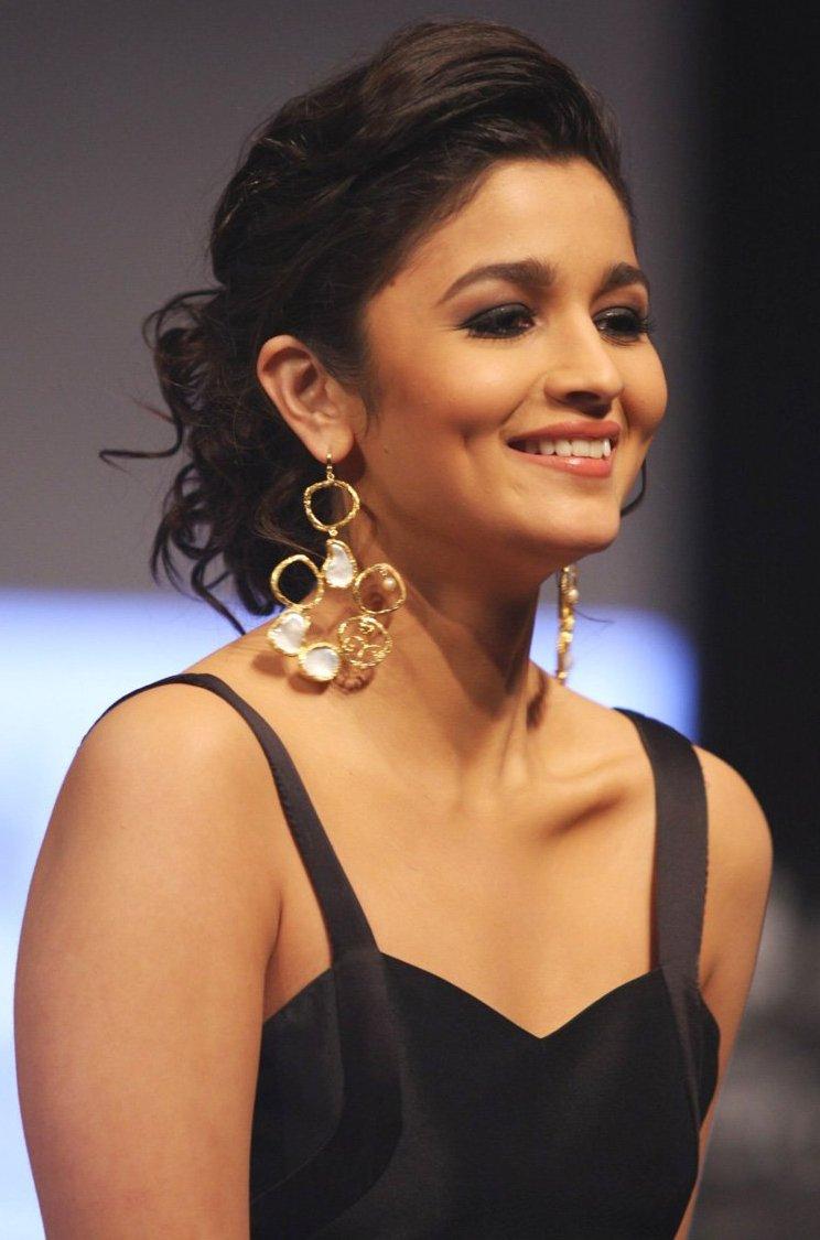 Actress Riya Suman New Photoshoot Images | New Movie Posters