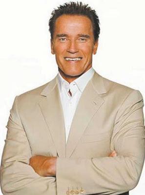 Arnold Schwarzenegger con los brazos cruzados