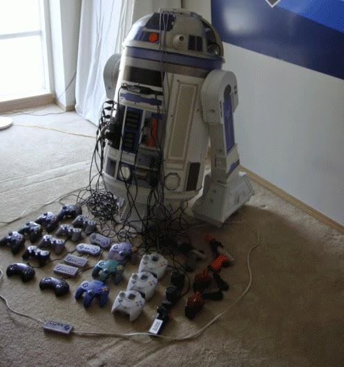 Imagen de un Proyector R2-D2 con 8 consolas en su interior.