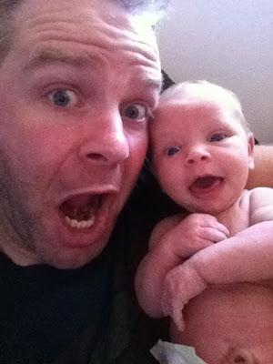 صور مضحكة لأب مع ابنته الرضيعة هي الأشهر في أمريكا حاليا