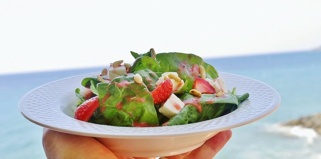 stuttgartcooking spinat salat mit mozzarella erdbeeren. Black Bedroom Furniture Sets. Home Design Ideas