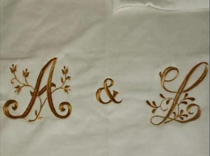 Presente com as iniciais do nome do casal fazendo aniversário de 50 anos de casamento