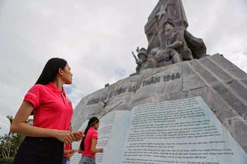 Thí sinh Hoa hậu dâng hương tại Tượng đài Mậu Thân