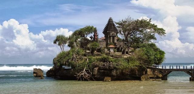 El templo hindú en la playa de Balekambang