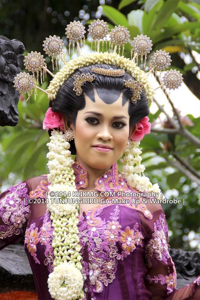 :: tunjungbiruwedding.ga | tunjungbiru.ga :: Judul Foto : Contoh Rias Pengantin Solo Putri Modifikasi || Make Up & Busana oleh : Tunjung Biru Rias Pengantin || Talent :  En [Model Purwokerto] || Fotografer : Klikmg1 (Fotografer Semarang) || Tanggal Pemotretan : 14 November 2014 || Kategori Pemotretan : Modeling Glamour || Lokasi Pemotretan : Pura Hindu Bali